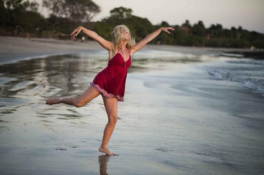 Tyhle kreace předvádí Světlana na pláži v Kostarice...