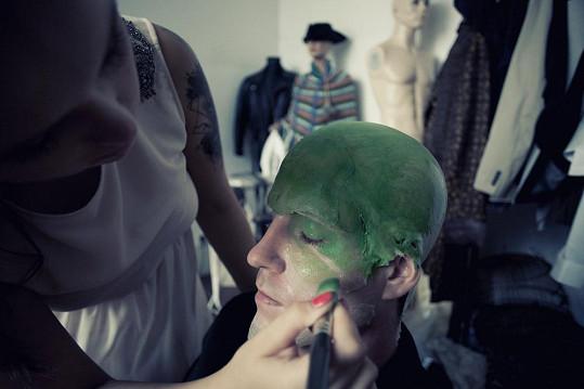 Příprava masky byla náročná.