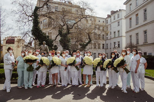 Gabriela rozdala růževe Fakultní nemocnici Královské Vinohrady, Na Františku a ve Všeobecné fakultní nemocnici v Praze.