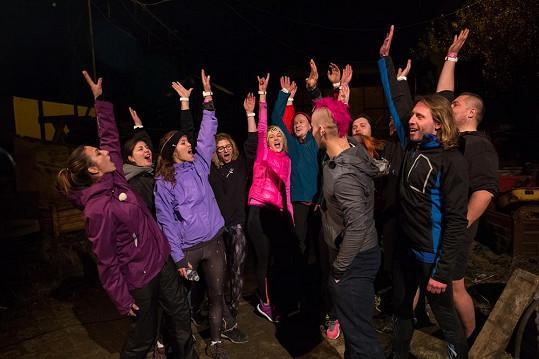 Radost ze splněného úkolu je nepopsatelná. 12 soutěžících se chce dostat zpátky na vrchol.