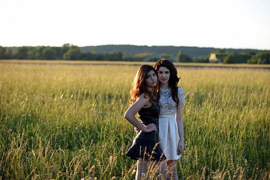Celeste s mladší sestrou Carmel v klipu Gone
