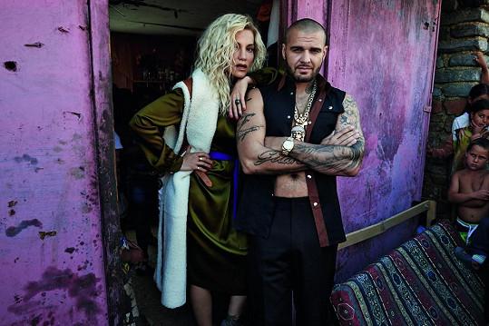 Veřejnost pobouřilo, že hvězdný pár v prostředí těch nejchudších propagoval módu pro vyvolené.