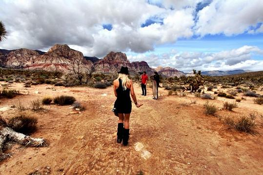 Zpěvačka si nemohla vybrat lepší exteriéry, než je Mohavská poušť.
