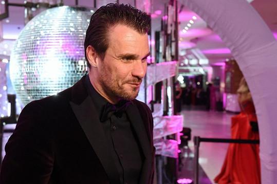 Leoš Mareš poprvé zasedne v lavici porotců. Kromě moderování stále objíždí republiku jako DJ. Vystupoval i na plese v Brně.