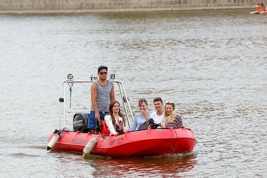 Na party dorazila na člunu.