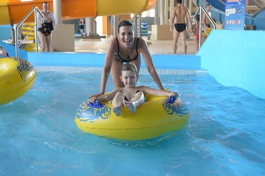 Moderátorka si s Kristianem užívala vodních radovánek v bazénu.