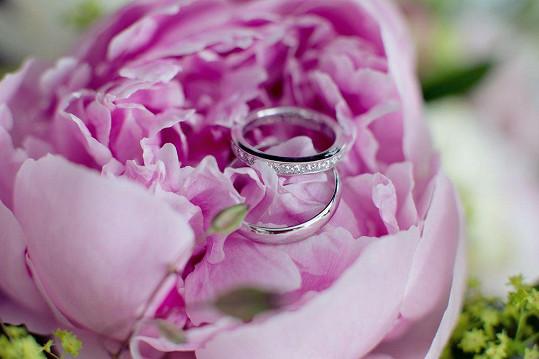 Tak vypadaly prsteny, nevěstin je osázený diamanty.