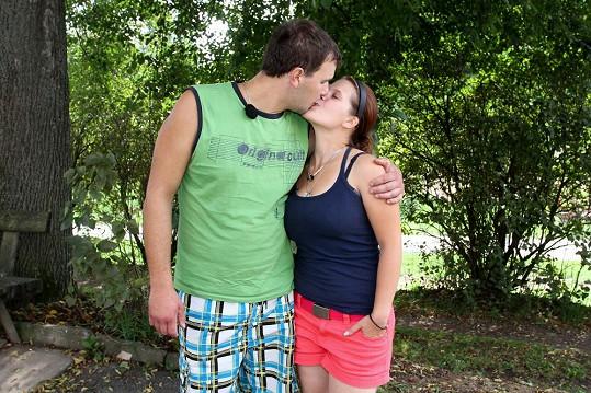 Láska mezi Petrem a Kamilou.