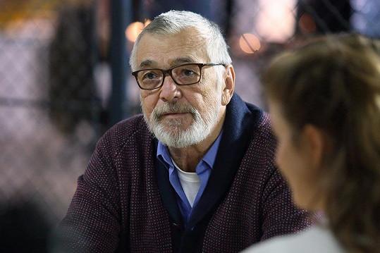 Jiří Bartoška hraje tatínka Anny Fialové.
