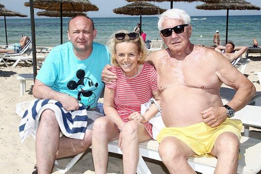 Hana Krampolová s manželem Jiřím a ředitelem Muže roku Davidem Novotným loni v Tunisku
