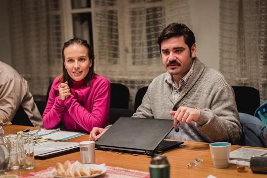 Paní Zahrádková (Tereza Voříšková) smanželem (Vojta Kotek) idealisticky chtějí, aby společnými silami dům zachránili.