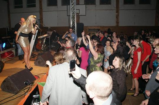 """Markéta měla za chvíli hosty plesu """"na lopatkách""""."""