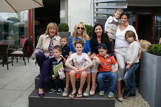 S dětmi přišly na odpoledne také Štěpánka Duchková, Martina Gavriely a Jana Adamcová.