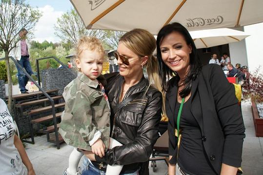 Simona Krainová s Maxem a moderátorkou Gábinou Partyšovou.