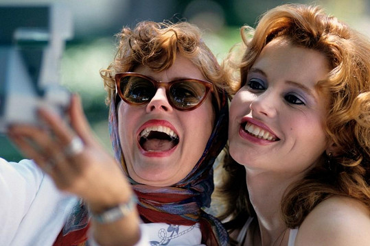 Na začátku své dramatické pouti Thelma ani Louise ještě netušily, co je čeká.