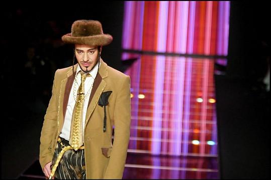 Galliano v roce 2004 během své přehlídky v Paříži.