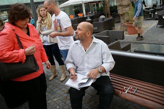 Zdeňek Pohlreich není v reálu žádný ras. Po grilování podepisoval knihy a rozdával úsměvy.