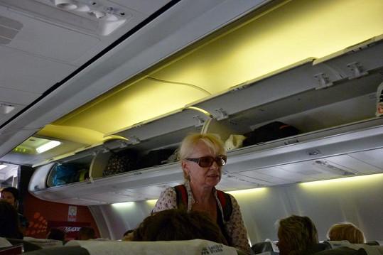 Loni strašila cestující na palubě letadla a nebyla skoro k poznání...