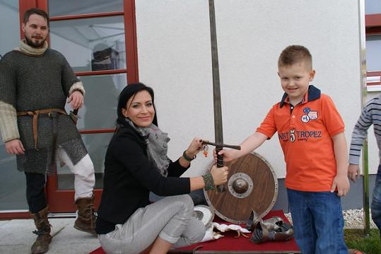 Kristian Kokta si za asistence mámy vyzkoušel historický šerm.