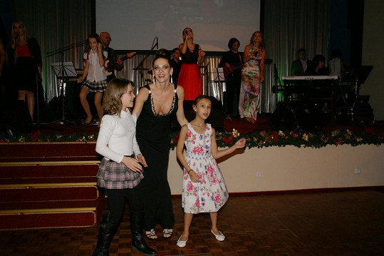 Andrea si zatančila s malými holčičkami zatímco Yvetta s talentovanými dětmi zpívala na pódiu.