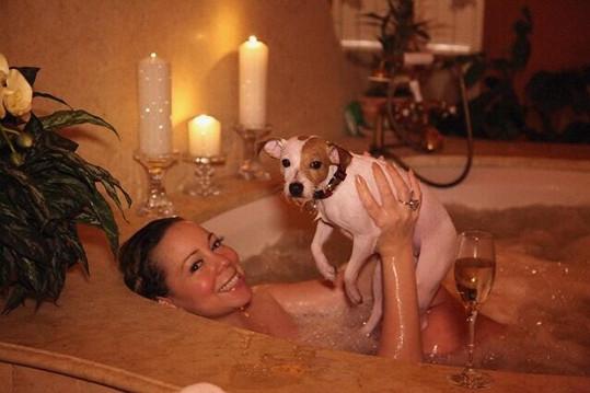 Mariah Carey ve vířivce se svým psem.