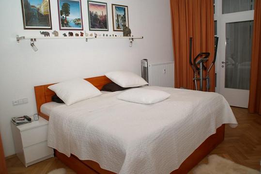 Do ložnice si Petra pořídila pohodlné vysoké matrace.