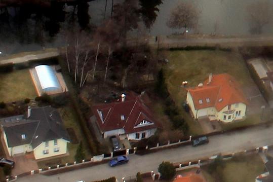 Auto před garáží: Iveta i její přítel Josef Rychtář evidentně byli doma.