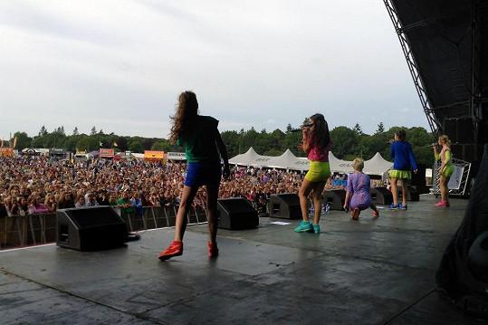 Česká dívčí kapela vystoupila na hlavním pódiu Sundown festivalu vbritském Norwich. Ve čtvrtek je čeká live vystoupení na BBC v programu Blue Peter.