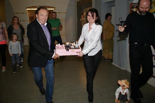 Karel pomohl donést jeden z dárků na místo činu.