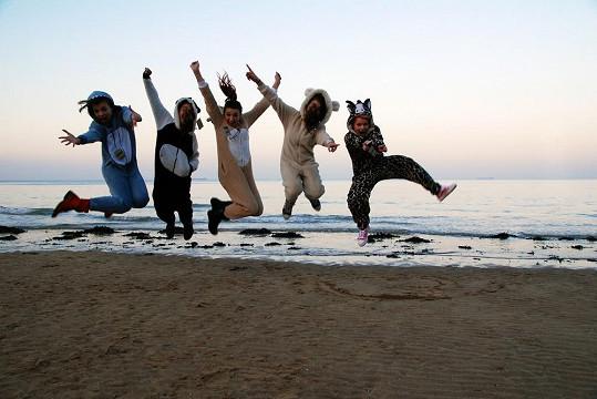 V pyžamech se fotily i na pláži.