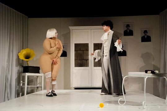 Vanda Hybnerová exceluje v divadelní hře S nebo bez?