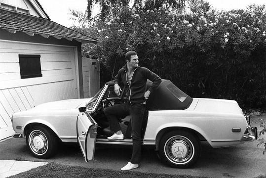 V roce 1970 se svým oblíbeným Mercedesem.