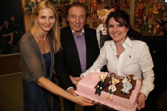Ivana a Karel Gottovi s Markétou Krajčovičovou a narozeninovým dortem.