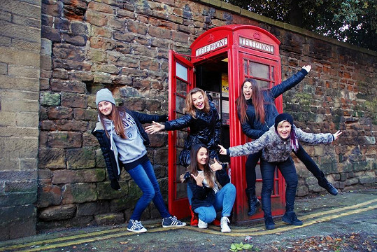 5Angels na fotce z anglické telefonní budky
