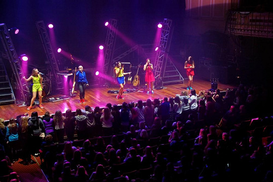 Holky na pódiu