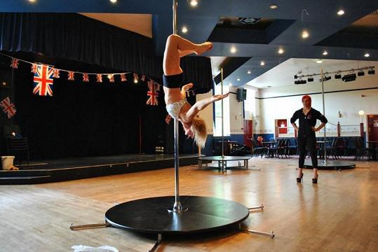 Cecylia je nejstarší pole dance tanečnicí v Británii.