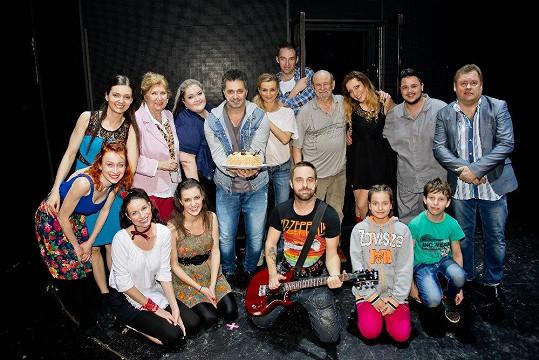 Dejdar slavil narozeniny s kolegy z divadla po představení.