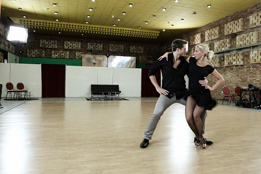 Populární muzikant se pilně učí taneční kroky.
