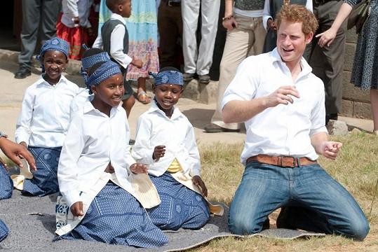 Harry se vlnil v rytmech africké hudby.