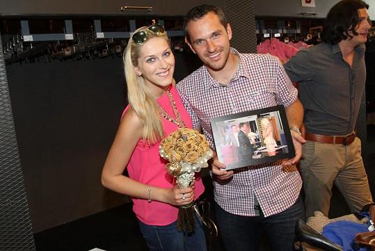 Zorka s manželem Mírou s kyticí dodali i snímek, jak žádost o ruku proběhla.