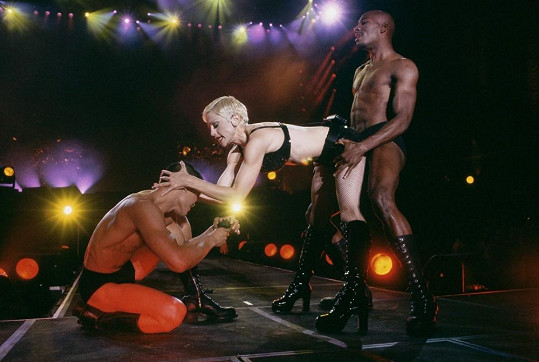 Madonnino The Girlie Show World Tour z roku 1993 by bylo pro naše babičky učiněnou sodomou.
