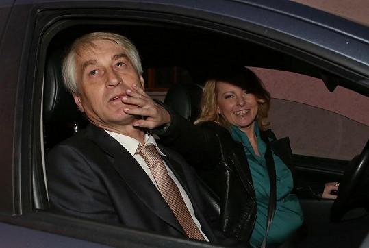 Iveta Bartošová odjíždí s Josefem Rychtářem na svatební večeři.