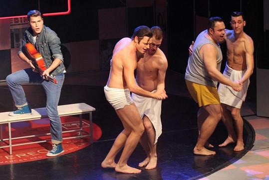 Na pódiu Divadla Kalich se předvádějí bujné tanečky.