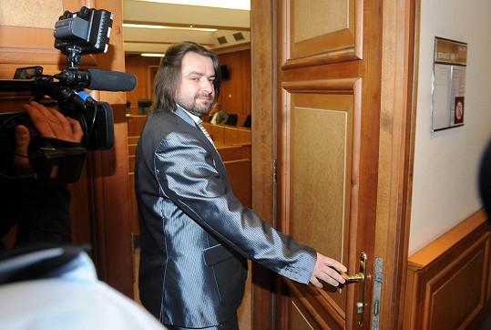 Zdeněk Macura žádal soud o deset miliónů jako náhradu škody za to, že do jeho nezamčeného bytu vešel Josef Rychtář.