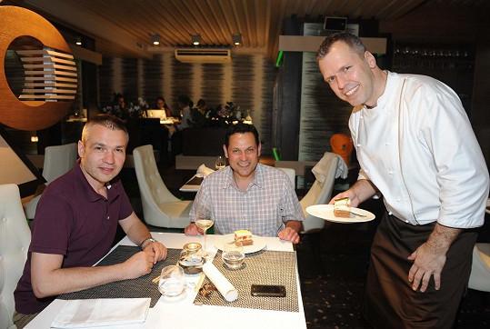 Romanovu kuchyni milují i vášniví kuchaři Pavel Vítek s Janisem Sidovským.