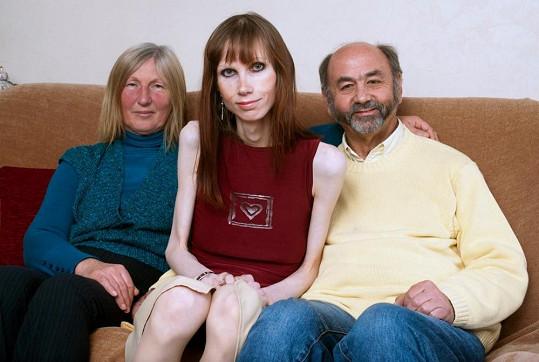 Mladá Skotka se svými rodiči.