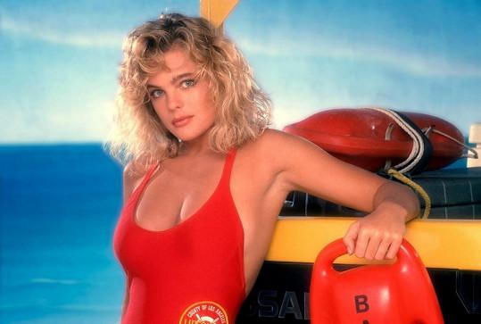 Erika Eleniak byla prvním sexsymbolem v červených plavkách.