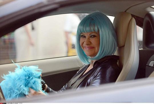 Paruka byla doplněna o modré boa.