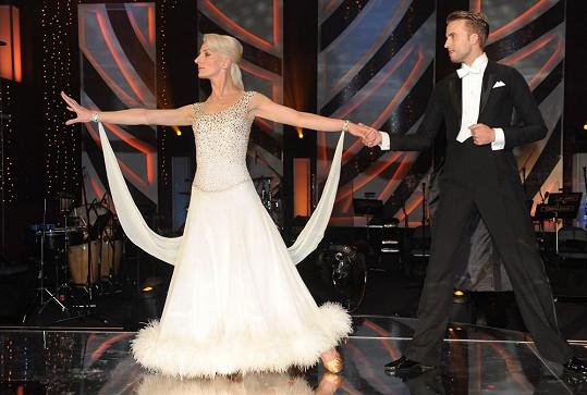 Díky laku jí účes dobře držel i při tanci.