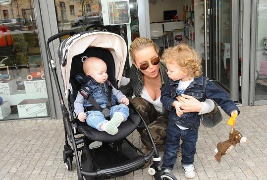 Simona se syny Maxem a Brunem.
